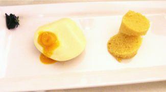 Uitsmijter Van Panna Cotta Met Mango Curry Met Maleisische Cake