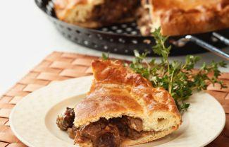 Engelse Pie Gevuld Met Uien En Rundvlees