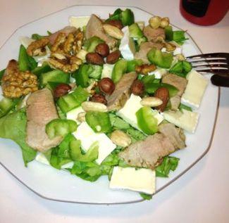 Dieet Salade Met Brie, Noten En Varkenshaas