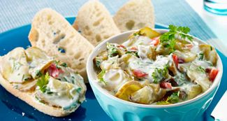 Frisse Komkommer Salade In Een Yoghurt Dip Met Knoflook En Kruiden
