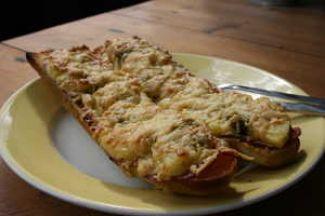 Warm Stokbroodje Met Chorizo, Ananas En Gesmolten Kaas