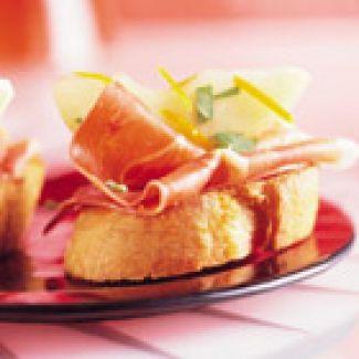 Crostini Met Rauwe Ham En Gemarineerde Peer 12 Stuks