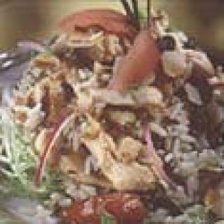 Salade Van Wilde Rijst Met Noten, Kip En Rozijnen