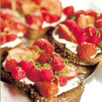 Bruschette Met Verse Geitenkaas En Rood Fruit
