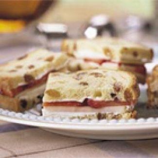 Rozijnenbrood Sandwiches Met Appel En Aardbeien