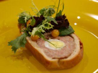 Paasbrood Met Saucijzenvulling En Ei